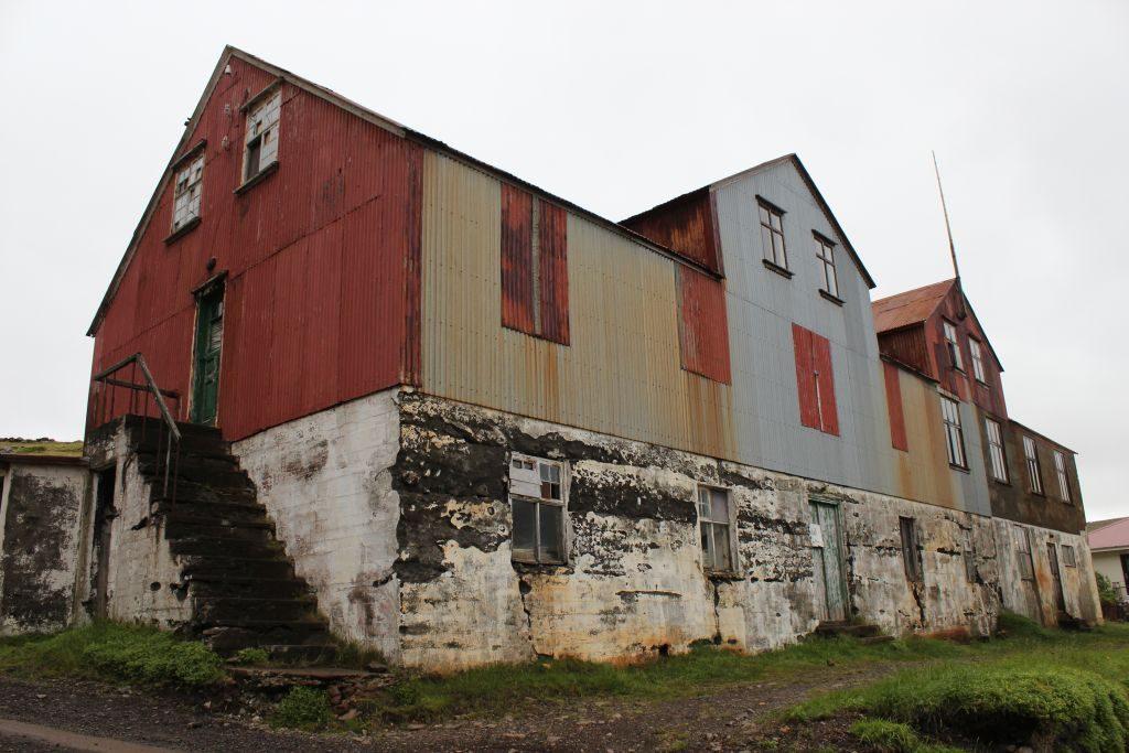 Stóri-Braggi á Djúpavík. Þar var áður bakarí, íshús og vistarverur síldarfólks.
